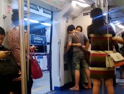making out on the train ภาษาอังกฤษ